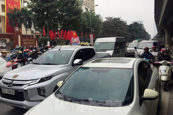 Người dân chở đào, quất về quê đón Tết, đường phố Hà Nội tê liệt - Ảnh 11.