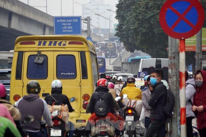 Người dân chở đào, quất về quê đón Tết, đường phố Hà Nội tê liệt - Ảnh 12.