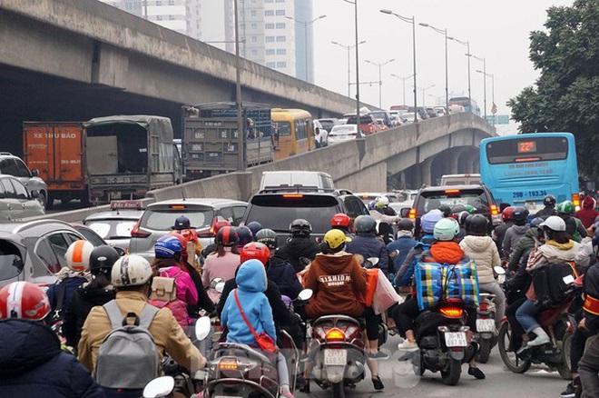 Người dân chở đào, quất về quê đón Tết, đường phố Hà Nội tê liệt - Ảnh 3.