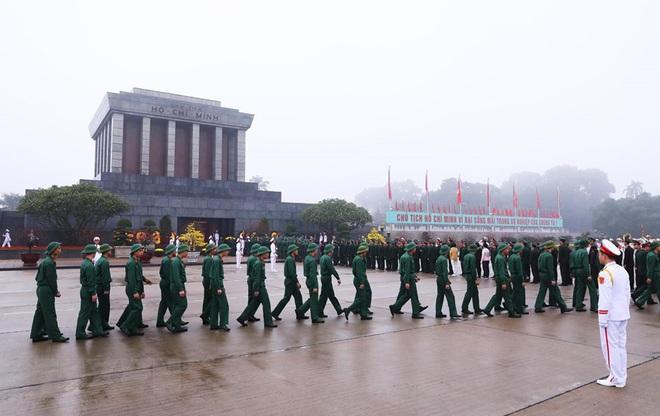 Hình ảnh các đoàn đại biểu vào Lăng viếng Chủ tịch Hồ Chí Minh - Ảnh 4.