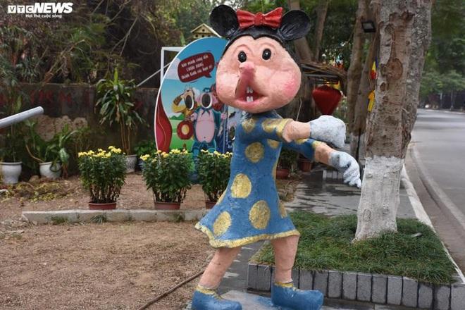 Độc đáo gia đình chuột khổng lồ nắm tay nhau dạo phố Hải Phòng - Ảnh 3.
