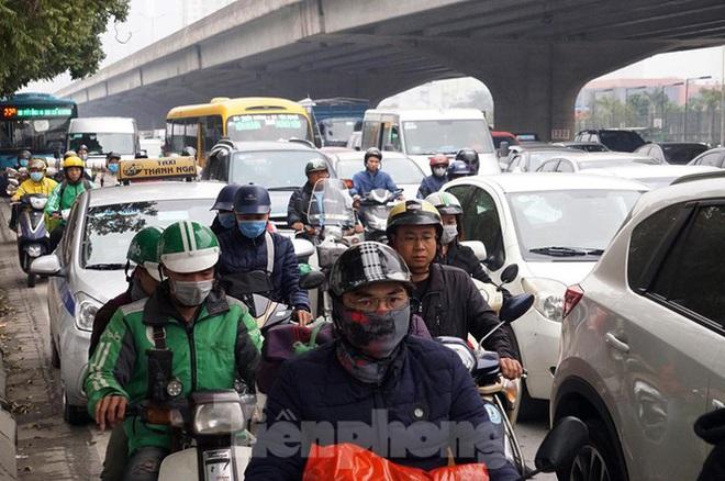 Người dân chở đào, quất về quê đón Tết, đường phố Hà Nội tê liệt - Ảnh 4.