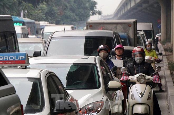 Người dân chở đào, quất về quê đón Tết, đường phố Hà Nội tê liệt - Ảnh 5.