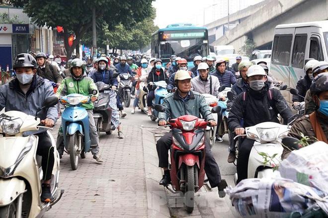 Người dân chở đào, quất về quê đón Tết, đường phố Hà Nội tê liệt - Ảnh 6.