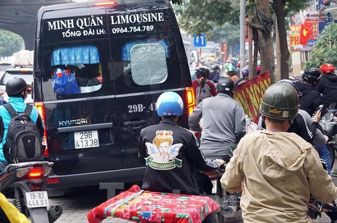 Người dân chở đào, quất về quê đón Tết, đường phố Hà Nội tê liệt - Ảnh 8.