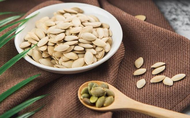 Hạt bí ngô bé tí nhưng là thuốc quý không ngờ: Thải độc, tẩy giun sán cho hệ tiêu hoá