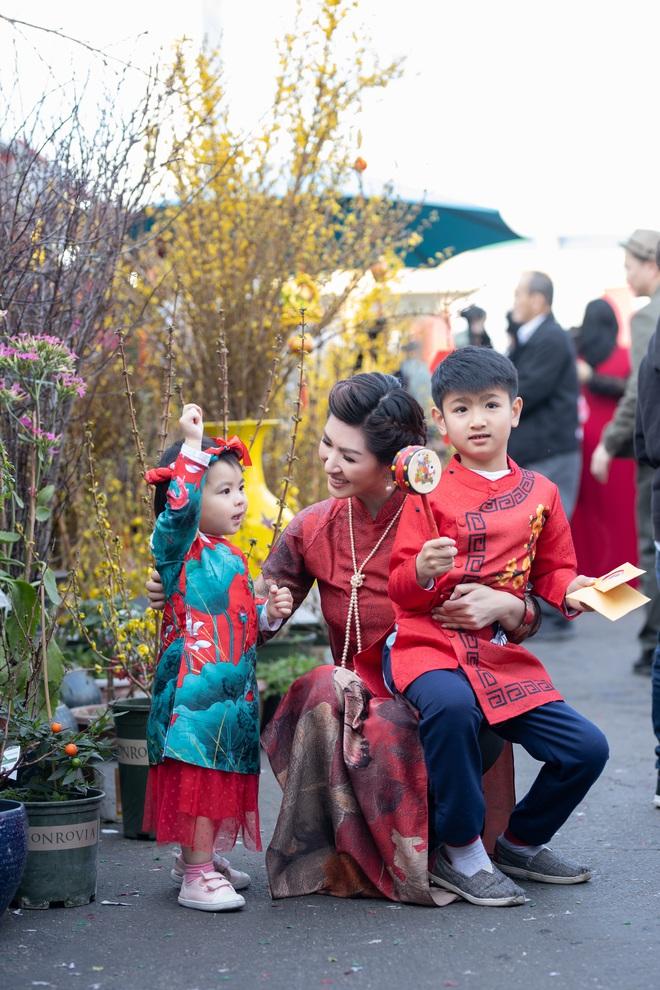 Nguyễn Hồng Nhung, Đức Tiến mặc áo dài đi chợ hoa, lễ chùa - Ảnh 4.