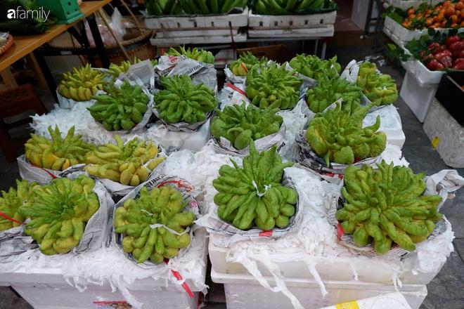 Thị trường hoa quả ngày 29 Tết: Chuối xanh đẹp lên tới gần 500 nghìn/nải, phật thủ lên đến cả triệu đồng/quả vẫn hút khách - Ảnh 1.