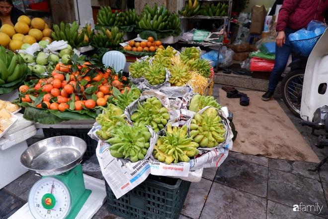 Thị trường hoa quả ngày 29 Tết: Chuối xanh đẹp lên tới gần 500 nghìn/nải, phật thủ lên đến cả triệu đồng/quả vẫn hút khách - Ảnh 2.