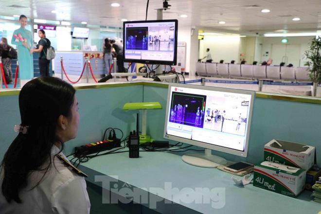 Chống virus corona: Giám sát chặt khách quốc tế tại sân bay Tân Sơn Nhất - Ảnh 2.