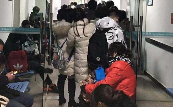 Người nhà bệnh nhân nghi nhiễm virus corona ở Trung Quốc: Gần như quỳ xuống cầu xin bác sỹ, nhưng bệnh viện không còn chỗ trống