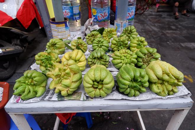 Thị trường hoa quả ngày 29 Tết: Chuối xanh đẹp lên tới gần 500 nghìn/nải, phật thủ lên đến cả triệu đồng/quả vẫn hút khách - Ảnh 3.