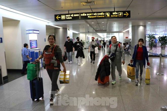 Chống virus corona: Giám sát chặt khách quốc tế tại sân bay Tân Sơn Nhất - Ảnh 5.