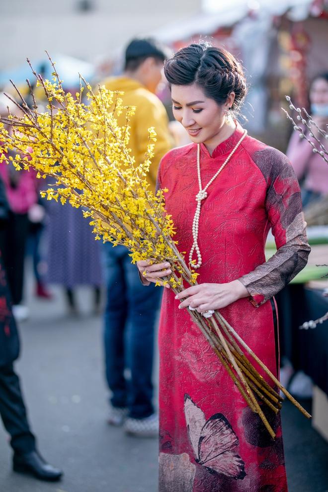 Nguyễn Hồng Nhung, Đức Tiến mặc áo dài đi chợ hoa, lễ chùa - Ảnh 2.