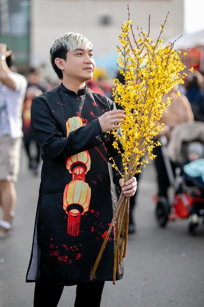 Nguyễn Hồng Nhung, Đức Tiến mặc áo dài đi chợ hoa, lễ chùa - Ảnh 9.