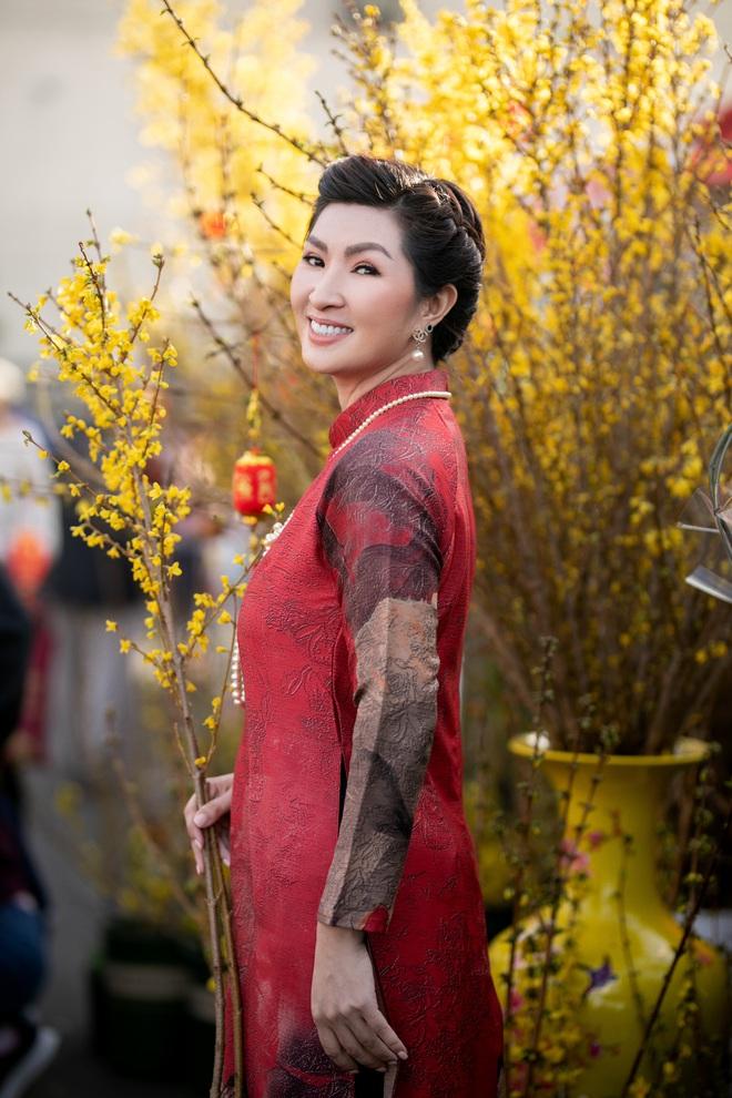 Nguyễn Hồng Nhung, Đức Tiến mặc áo dài đi chợ hoa, lễ chùa - Ảnh 1.