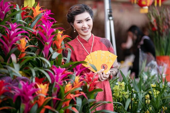 Nguyễn Hồng Nhung, Đức Tiến mặc áo dài đi chợ hoa, lễ chùa - Ảnh 6.