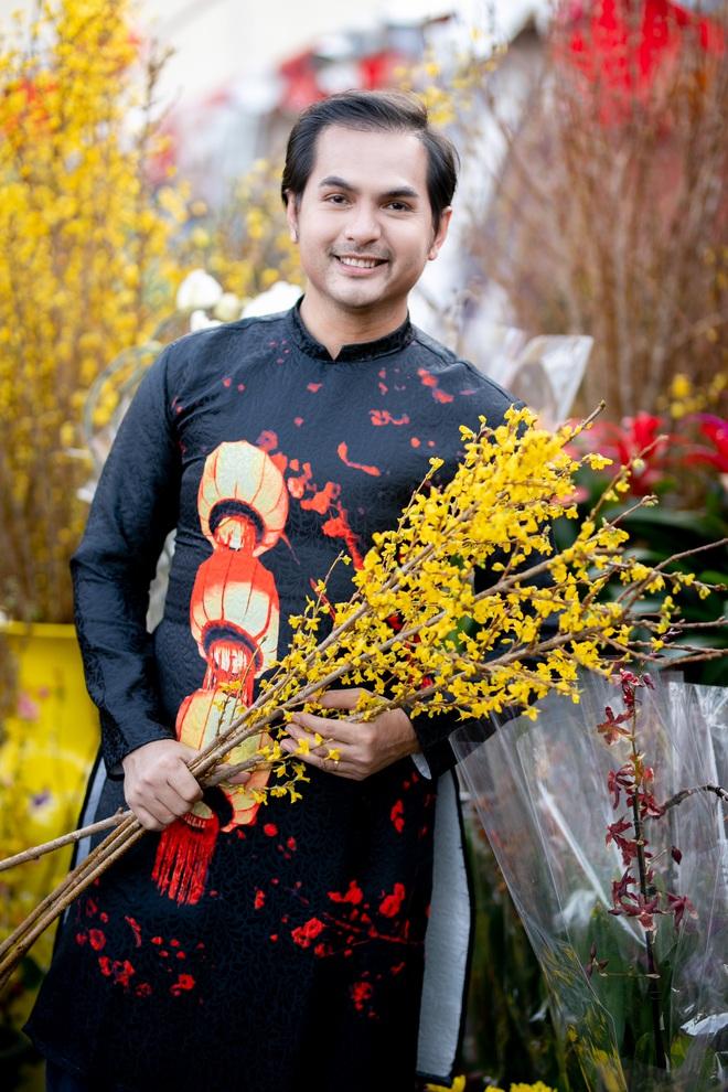 Nguyễn Hồng Nhung, Đức Tiến mặc áo dài đi chợ hoa, lễ chùa - Ảnh 8.