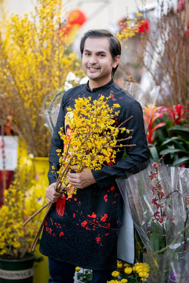 Nguyễn Hồng Nhung, Đức Tiến mặc áo dài đi chợ hoa, lễ chùa - Ảnh 7.