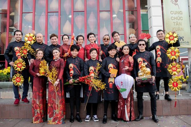 Nguyễn Hồng Nhung, Đức Tiến mặc áo dài đi chợ hoa, lễ chùa - Ảnh 10.