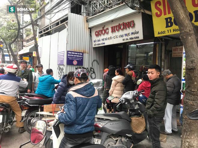 Chiều 30 Tháng Chạp, người Hà Nội vẫn chen chân xếp hàng tại tiệm giò chả 200 tuổi tại Phố Cổ - Ảnh 4.