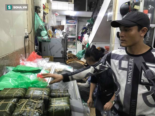 Chiều 30 Tháng Chạp, người Hà Nội vẫn chen chân xếp hàng tại tiệm giò chả 200 tuổi tại Phố Cổ - Ảnh 2.