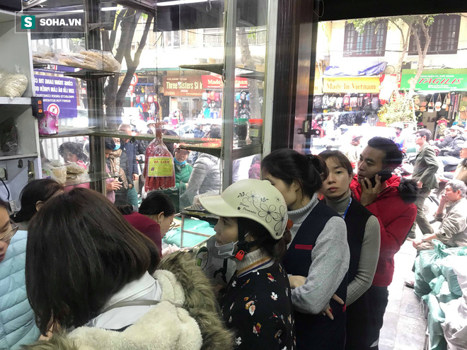 Chiều 30 Tháng Chạp, người Hà Nội vẫn chen chân xếp hàng tại tiệm giò chả 200 tuổi tại Phố Cổ - Ảnh 10.