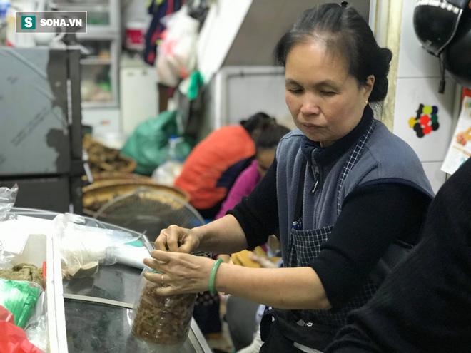 Chiều 30 Tháng Chạp, người Hà Nội vẫn chen chân xếp hàng tại tiệm giò chả 200 tuổi tại Phố Cổ - Ảnh 5.