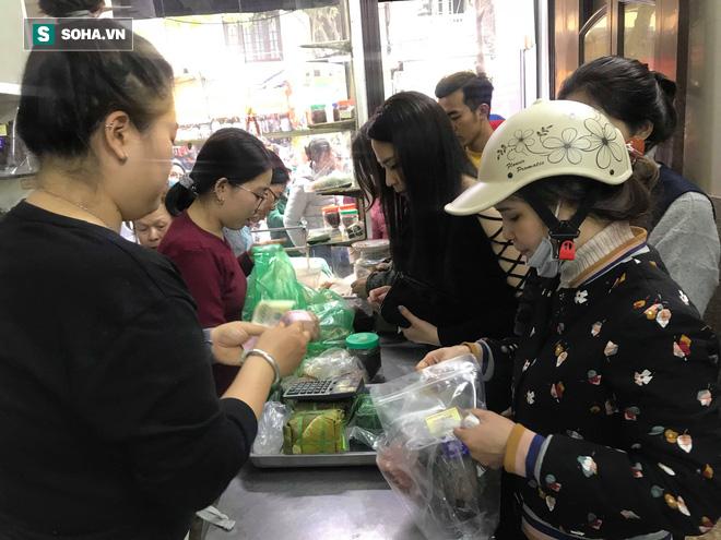 Chiều 30 Tháng Chạp, người Hà Nội vẫn chen chân xếp hàng tại tiệm giò chả 200 tuổi tại Phố Cổ - Ảnh 7.