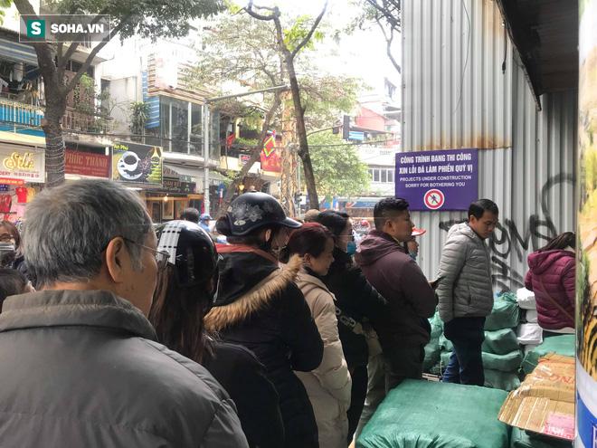 Chiều 30 Tháng Chạp, người Hà Nội vẫn chen chân xếp hàng tại tiệm giò chả 200 tuổi tại Phố Cổ - Ảnh 1.