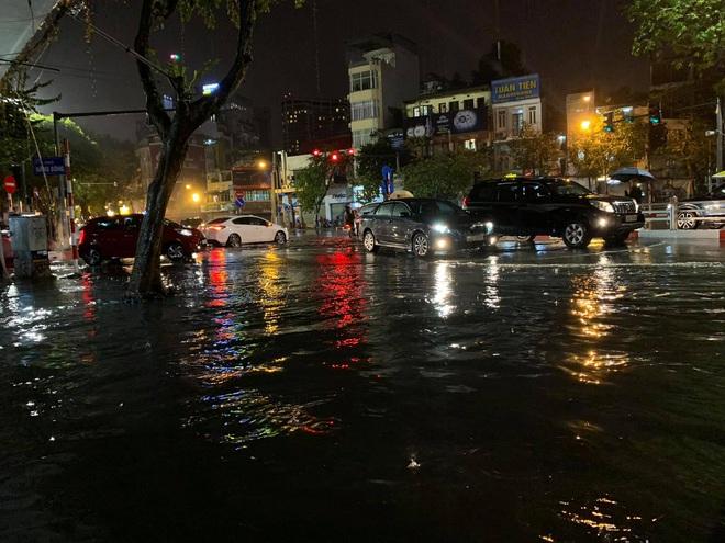 Hà Nội vừa xảy ra mưa đá, cả mạng xã hội nháo nhào: Đêm 30 Tết lạ kỳ - Ảnh 11.