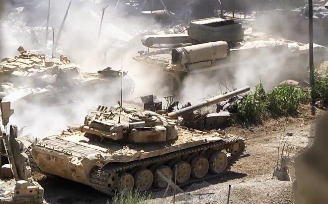 """QĐ Syria """"phát hoảng"""" với con số thương vong, xe tăng ùn ùn kéo về Idlib tăng viện"""
