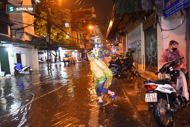 Mưa như trút nước khiến Hà Nội vắng vẻ lạ thường trong đêm Giao thừa Tết Canh Tý 2020 - Ảnh 6.