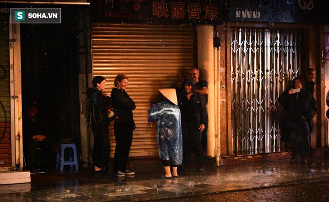 Mưa như trút nước khiến Hà Nội vắng vẻ lạ thường trong đêm Giao thừa Tết Canh Tý 2020 - Ảnh 9.