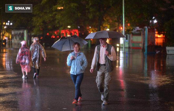 Mưa như trút nước khiến Hà Nội vắng vẻ lạ thường trong đêm Giao thừa Tết Canh Tý 2020 - Ảnh 11.