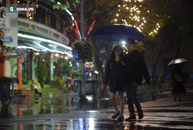 Mưa như trút nước khiến Hà Nội vắng vẻ lạ thường trong đêm Giao thừa Tết Canh Tý 2020 - Ảnh 13.