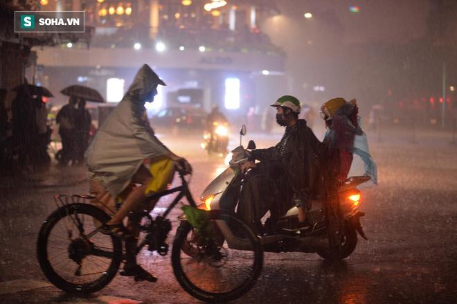 Mưa như trút nước khiến Hà Nội vắng vẻ lạ thường trong đêm Giao thừa Tết Canh Tý 2020 - Ảnh 1.