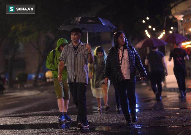 Mưa như trút nước khiến Hà Nội vắng vẻ lạ thường trong đêm Giao thừa Tết Canh Tý 2020 - Ảnh 12.