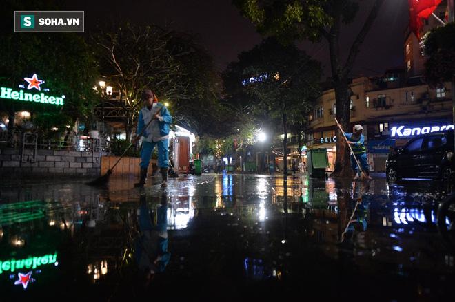 Mưa như trút nước khiến Hà Nội vắng vẻ lạ thường trong đêm Giao thừa Tết Canh Tý 2020 - Ảnh 8.