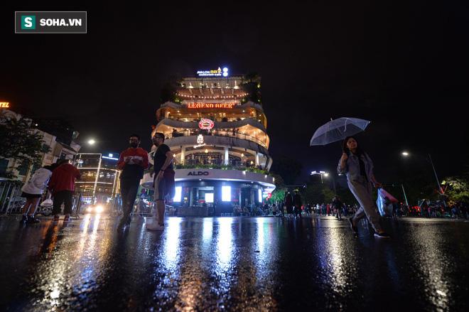 Mưa như trút nước khiến Hà Nội vắng vẻ lạ thường trong đêm Giao thừa Tết Canh Tý 2020 - Ảnh 3.