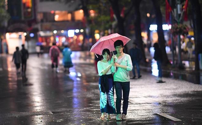 Mưa như trút nước khiến Hà Nội vắng vẻ lạ thường trong đêm Giao thừa Tết Canh Tý 2020