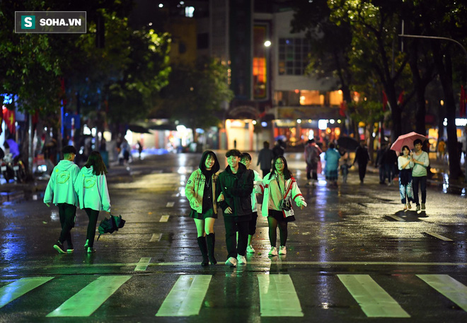 Mưa như trút nước khiến Hà Nội vắng vẻ lạ thường trong đêm Giao thừa Tết Canh Tý 2020 - Ảnh 10.