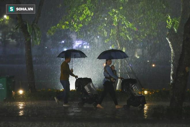 Mưa như trút nước khiến Hà Nội vắng vẻ lạ thường trong đêm Giao thừa Tết Canh Tý 2020 - Ảnh 2.
