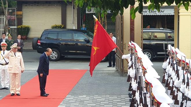 Thủ tướng Nguyễn Xuân Phúc thăm, chúc tết Công an Đà Nẵng - Ảnh 1.