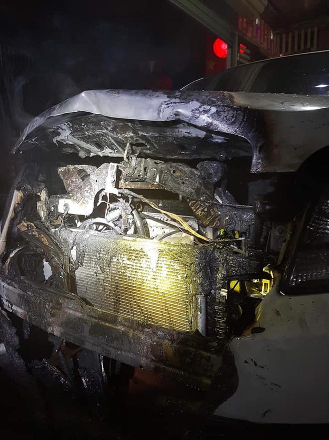 Xe 7 chỗ bốc cháy dữ dội lúc rạng sáng mùng 1 Tết - Ảnh 3.