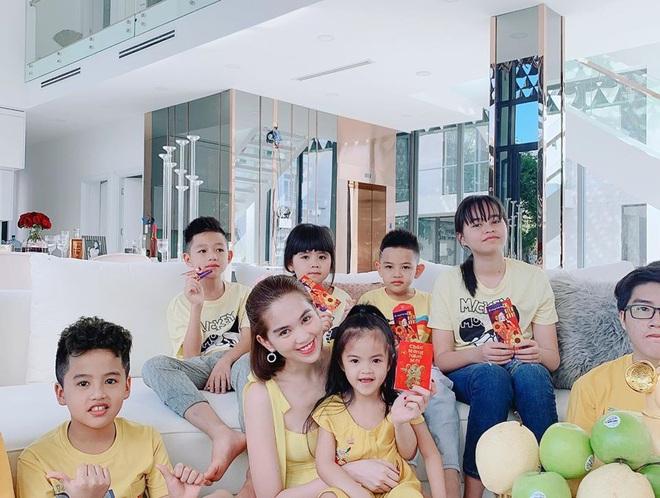 Đại gia đình Ngọc Trinh đón năm mới trong căn biệt thự 2 triệu đô - Ảnh 2.
