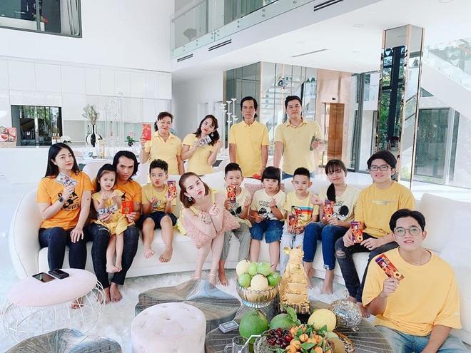 Đại gia đình Ngọc Trinh đón năm mới trong căn biệt thự 2 triệu đô - Ảnh 5.