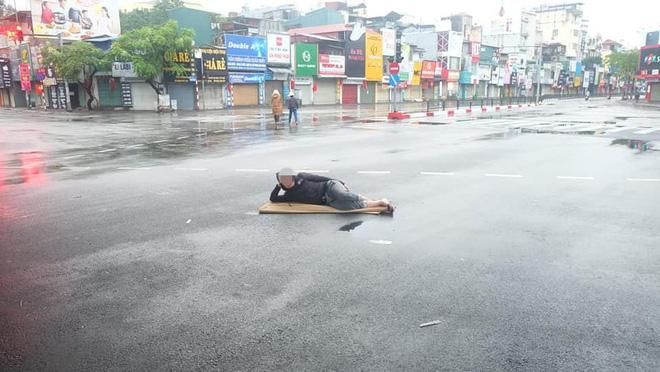Trưa mùng 1 Tết, người đàn ông trải chiếu ra giữa phố Hà Nội để... nằm - Ảnh 5.