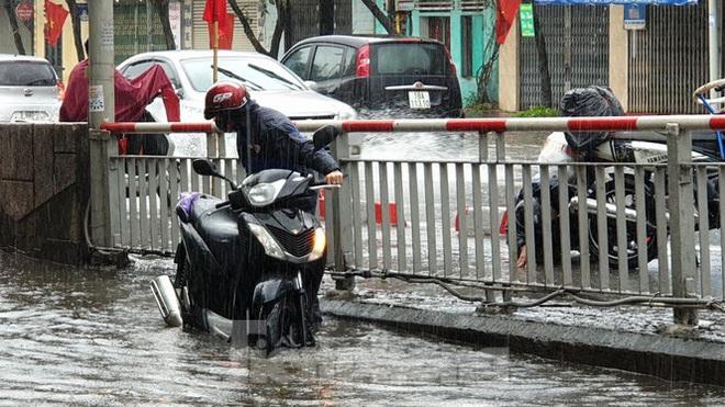 Nam Định ngập sâu, người dân thúc thủ trong nhà ngày mùng 1 Tết - Ảnh 2.