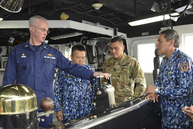 [ẢNH] Cảnh sát biển Việt Nam thăm tàu tuần tra USCGC John Midgett sắp được Mỹ bàn giao - Ảnh 1.